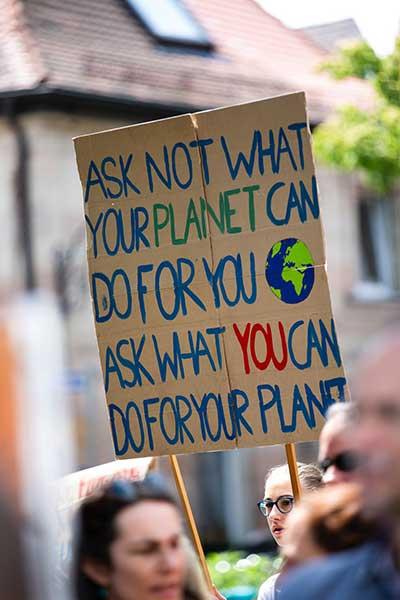 출처: www.pexels.com/photo/people-in-parade-with-multicolored-placard-2559762) by Markus Spiske