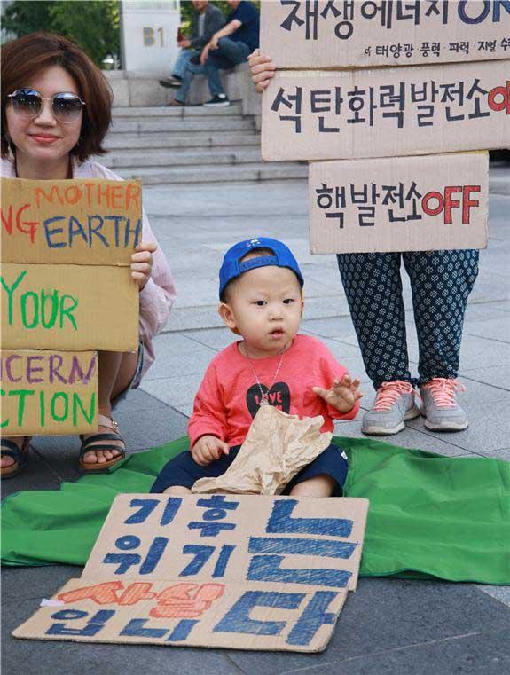 다음 세대를 위해 더 이상 미룰 수 있는 시간이 없다. 지금 당장 탄소 배출을 줄일 수 있는 모든 행동을 실행할 때이다. (서울녹색당 기후변화 의제모임의 광화문 시위 현장 사진. by 권영은)