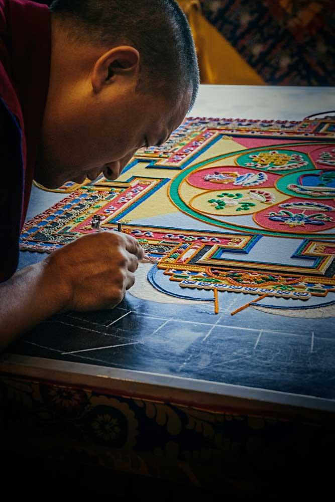 티베트 스님들은 며칠 또는 몇 주에 걸쳐 색 모래로 정교한 문양의 만다라를 만들고, 완성되자마자 만다라를 파괴하고 모래를 쓸어 모은다. 그리고 모래를 가까운 강이나 바다로 가서 흘려보낸다. by Random Sky  https://unsplash.com/photos/3fDGwShA1sE