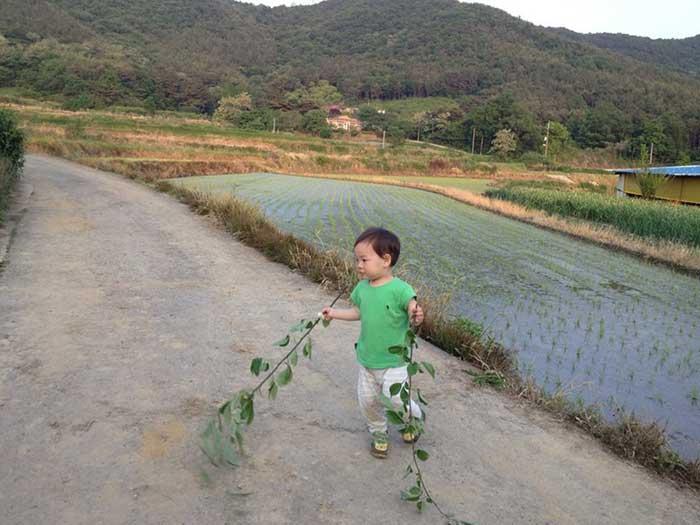 집 앞에서 노는 아이(2012.5.24.)