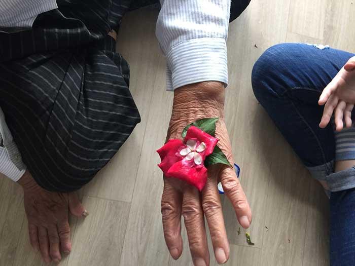 도호할머니 손등에 아이들이 꽃으로 장식을 했다. (2017.5.27.)
