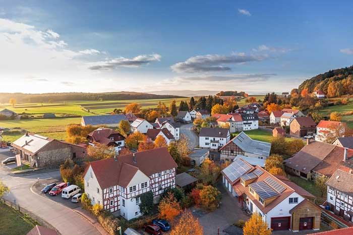 단순히 사전에 적혀있는 '일정하게 구획된 어느 범위의 토지나 어떤 특징으로 나눈 일정한 공간영역'만 가지고는 사람들이 생활하는 공간으로서의 지역을 설명할 수 없다. 지역을 구성하는 '사람'이 빠져있기 때문이다. 출처: Pixabay (www.pexels.com/ko-kr/photo/280221)