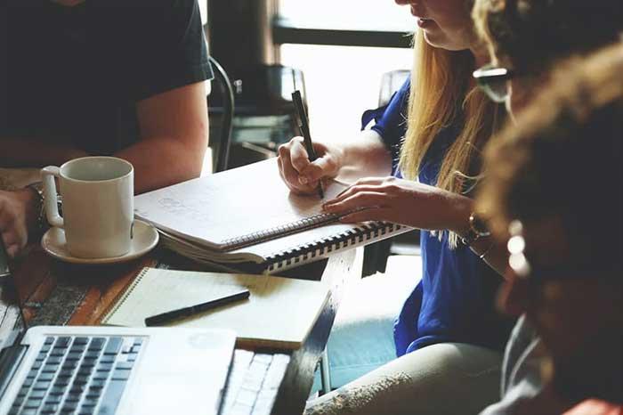 주민들 스스로가 지역에서 행복하게 살기 위해 내가 생각하는 일들을 찾아 실천하는 과정에서 주민들이 자연스럽게 연결되고 책임감을 갖게 된다. by Startup Stock Photos 출처: https://www.pexels.com/ko-kr/photo/7096