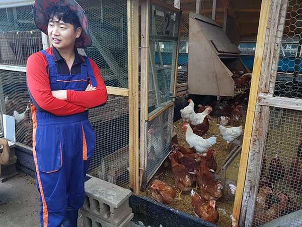 야마기시 양계는, 마을 사람들과의 연찬을 통해 모아진 최선의 생각으로 시도해보고 그 방법이 옳은지 계속 검토해 가면서 어떤 것이 닭을 키우는 사람과 계란을 사서 먹는 사람과 그리고 알을 낳는 닭들도 가장 존중 받을 수 있는 방식일지 고민하면서 운영하는 양계방식이다. 산안마을 제공.
