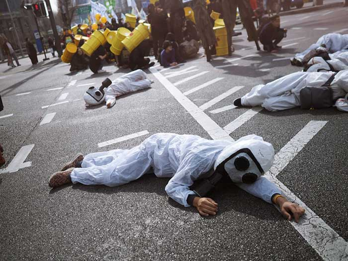 핵무기의 위험이 지속하고 심지어 더 늘어났음에도 사회적 의식 및 정치적 대립은 더 줄었다. by Ra Dragon 출처 : https://unsplash.com/photos/ioYf9VjGo34