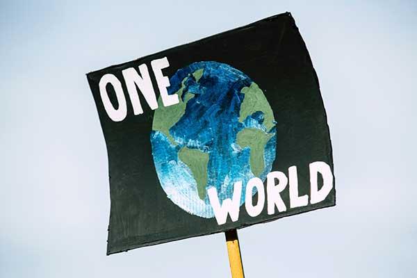 탐욕으로 움직이는 '자기중심적인 세상(에고)'에서 지구의 삶을 평화로이 영위하는 '생태중심 세상(에코)'으로 변화시켜야 한다는 것이 반다나 시바의 중심 사상이다. by Markus Spiske 출처: www.pexels.com/ko-kr/photo/3039036/