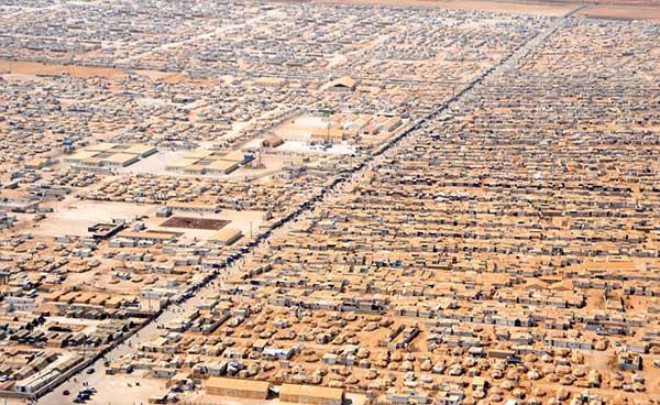 시리아-요르단 접경지역의 난민캠프. 지평선 저 끝까지 펼쳐진 광대한 난민캠프의 모습은 얼마나 많은 시리아인들이 나라 밖으로 내몰리고 있는지 잘 보여준다. 출처: 위키피디아 https://ko.wikipedia.org/wiki/%EC%9E%90%ED%83%80%EB%A6%AC_%EB%82%9C%EB%AF%BC_%EC%BA%A0%ED%94%84