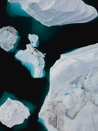 1.5℃ 상승을 기점으로 흰색 빙하가 녹아 검은 땅이 드러남으로써 알베도(반사도)가 급격히 낮아지고, 북극권의 해빙으로 인해 땅속 메탄가스가 대량으로 방출되고, 바다가 흡수하던 탄소량(약 40%)이 정점을 찍음으로써 더 이상 흡수되지 못하는 상황 등이 예견되고 있다. by Annie Spratt  출처 : https://unsplash.com/photos/O_Lyb6Et9Hw
