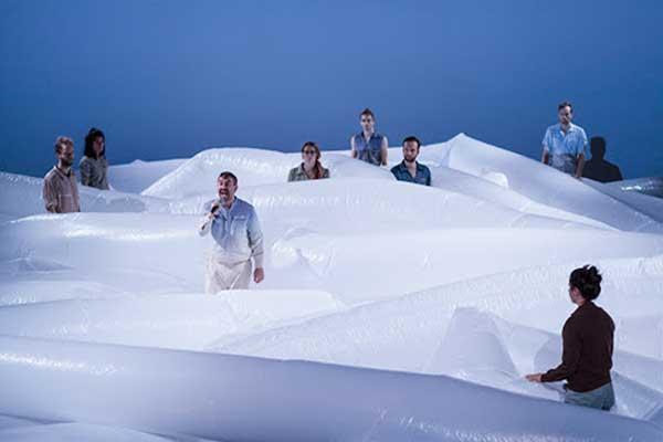 문학, 예술, TV프로그램 등 모든 분야에서 기후위기와 관련된 언급이 확산되어야 한다. 그래서 맛집과 아파트, 주식, 비트코인을 이야기 하듯 기후에 관해 이야기하는 문화가 뿌리를 내려야 한다. 빙하를 형상화한 독일의 어느 예술 무대. by Stefan Haehnel 출처 : https://images.app.goo.gl/LbYrm3Zq2AycCQYy5