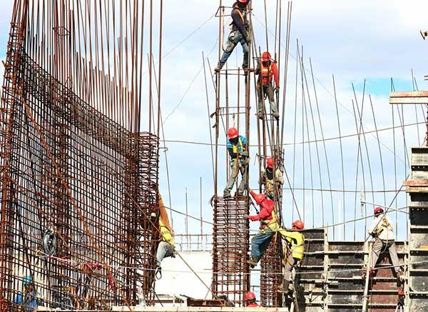 제조업 노동자 295만 명 중 온실가스 다배출 분야에 종사하는 1백만 명 가까운 노동자가 정의로운 전환의 잠재적 대상이 될 것이라고 추산한다.  by Josue Isai Ramos Figueroa 출처 : https://unsplash.com/photos/qvBYnMuNJ9A