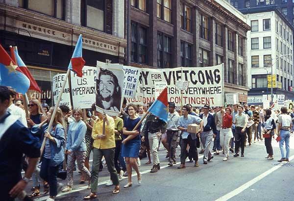 전쟁에 반대하는 시위자들의 행렬. 하지만 자본은 군사주의와 군비를 필요로 한다. 군비지출을 정당화하기 위해 때론 진짜로 전쟁을 해야한다. 과연 자본주의와 군사주의는 분리될 수 있을까? by 데이비드 윌슨, 출처 : https://commons.wikimedia.org/wiki/File:19680810_20_Anti-War_March.jpg