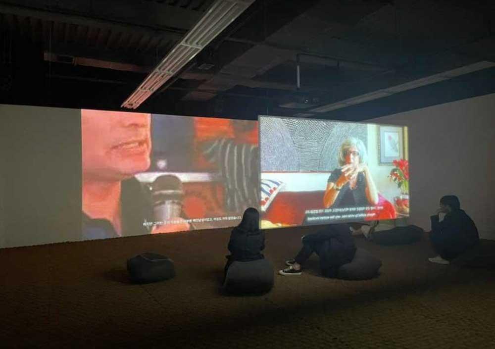 작품 10. 안젤라 멜리토플로스, 〈모계 B 파트 2: 지구를 드러내다〉, 2채널 비디오, 75분, 2021년부터 현재까지 진행 중. (사진 촬영 및 제공: 최소연)