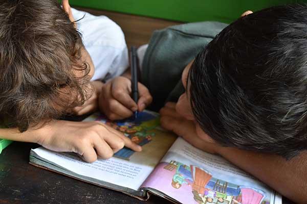 무엇보다도 중요한 것은 아이들 스스로가 비록 부족하지만 서로 배우는 힘을 기르는 것이다. by Andrew Ebrahim 출처: https://unsplash.com/photos/zRwXf6PizEo