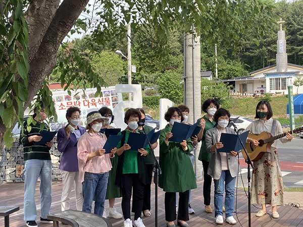 2021년 5월 13일 미호동넷제로공판장 개관식에 넷제로송을 노래하는 주민들.