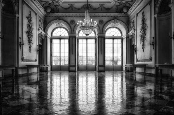 그 안에 들어가면 더 이상 홀이 아닌, 하나의 세계 속에 있음을 알게 된다. 그곳에서는 현실과는 또 다른 삶의 여정이 펼쳐진다. by Pixabay 출처: https://www.pexels.com/ko-kr/photo/316080/