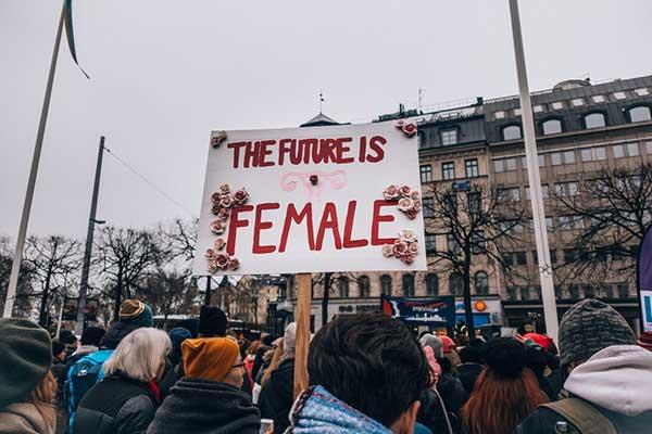 여성주의적 공유재 운동은 자본주의로 인한 재생산의 완전한 사유화가 이제 우리의 생명을 위협할 지경에 이른 지금, 생명에 대한 지속적인 가치절하와 파편화를 종식시키고자 하는 흐름과 맞닿아 있다. by Lindsey LaMont 출처 : https://unsplash.com/photos/hUWINRMPvsc