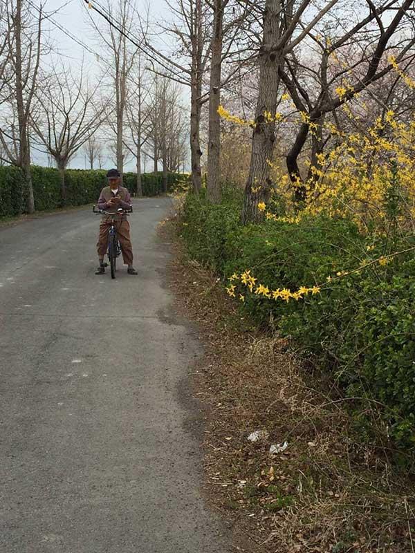아부지께서 밭으로 가는 길을 기억하시도록 어머니는 매일 아부지를 밭으로 보내신다. 아부지가 다니시는 길이 안전한지 확인하기 위해 자전거를 타고 내가 따라나섰다. by 하루